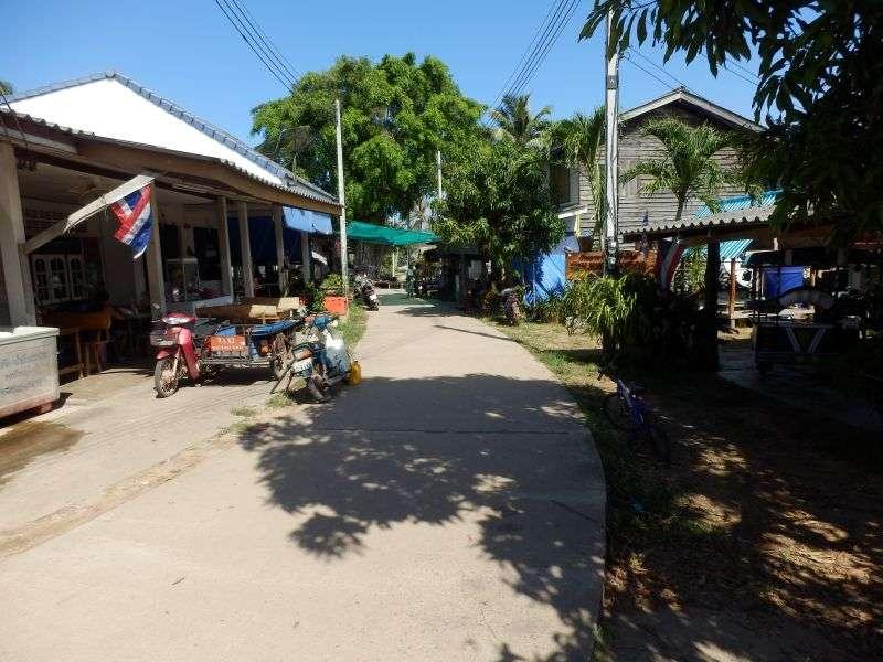 befestigte Dorfstraße auf Koh Jum